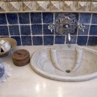 Allestimento bagno ceramica blu