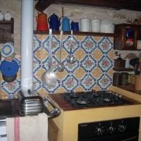 Cucina con piastrelle dipinte a mano.JPG
