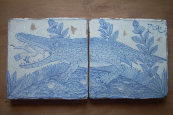 Dettaglio coccodrillo dipinto a mano su ceramica