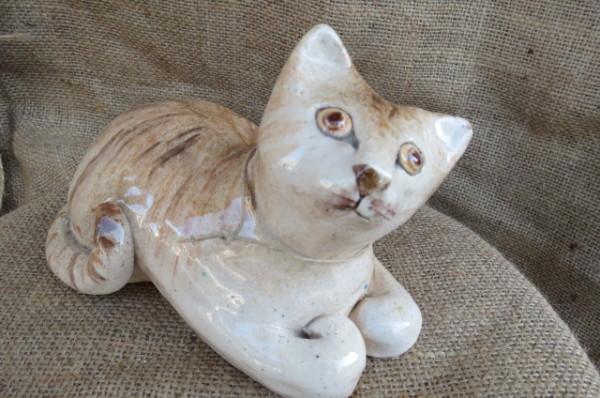 Statuetta in ceramica gatto dipinta a mano