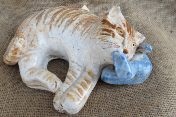Gattino con orsetto in ceramica