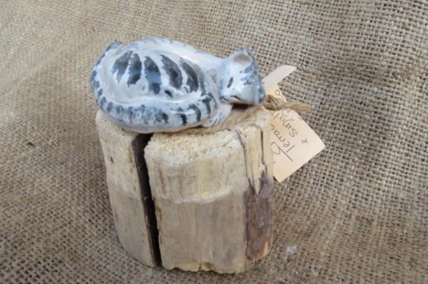 Gattino in ceramica su tronco in legno