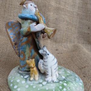 Suonatore con gatti in ceramica